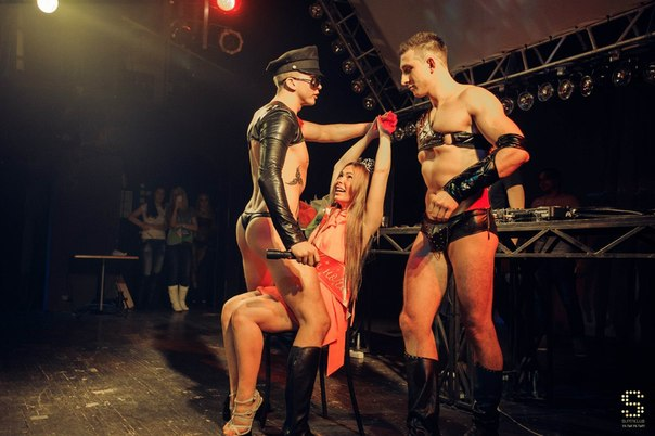 lenkino-ru-devki-razvlekayutsya-s-striptizerami