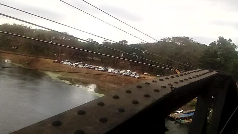 Таиланд долина смерти. Поезд идёт на большой высоте. А потом прямо под стеной.