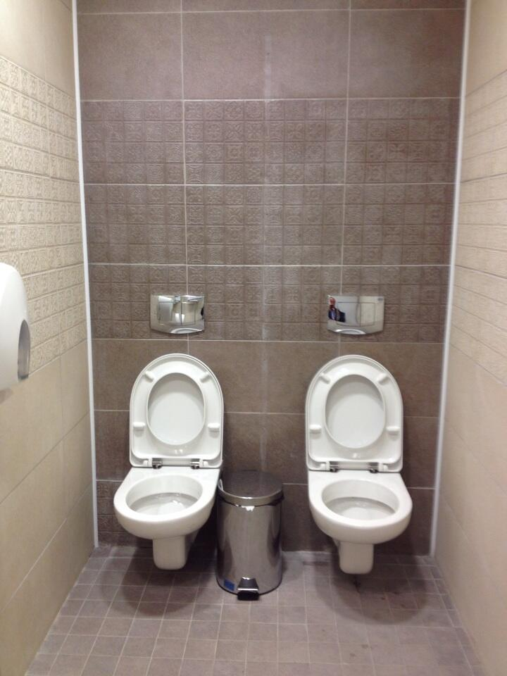 двое в мужском туалете фото