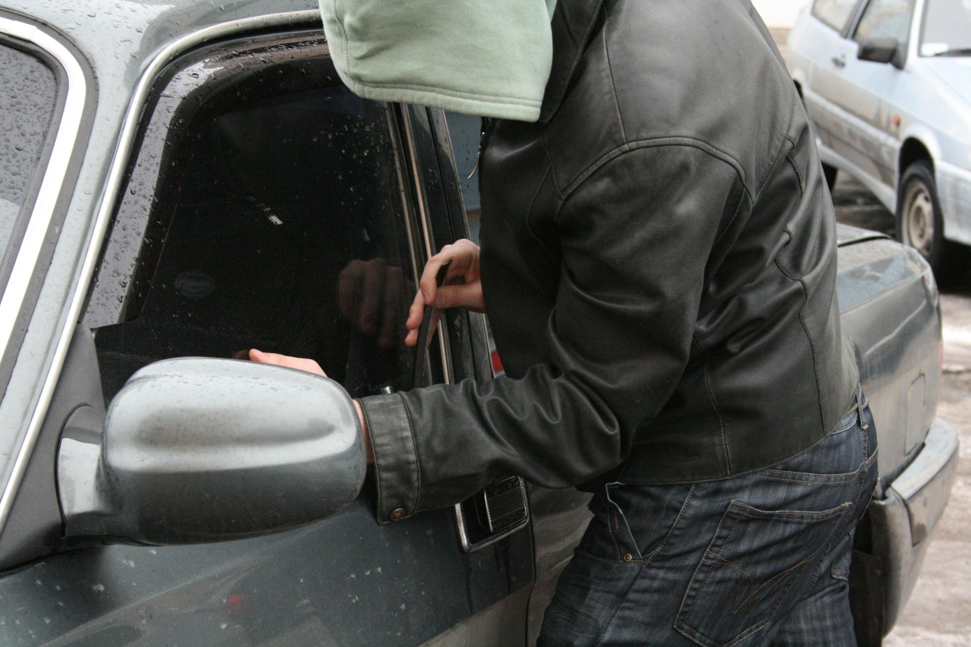 Двое парней из Кардоникской и Сторожевой промышляли кражами из автомобилей в Черкесске