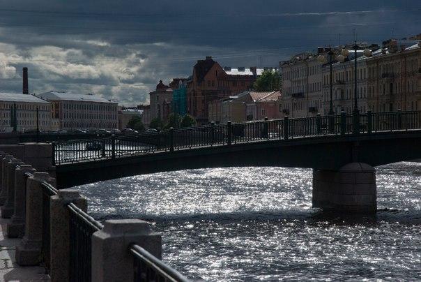 река, здания, блики