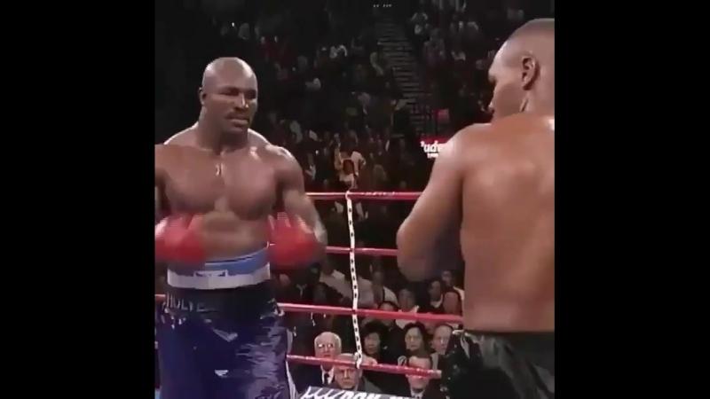 Когда одна легенда бокса побеждает другую.