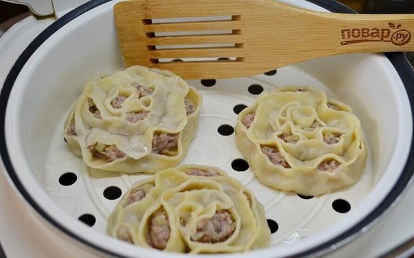 манты в форме розочек ингредиенты: кипяток 1 стакан (тесто) яйцо 1 штука (тесто) соль 1 чайная ложка (тесто) мука по вкусу (сколько возьмет тесто) свино-говяжий фарш 400 грамм лук 1 штука соль