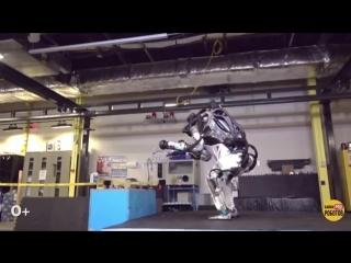 Робот Атлас показал паркур!.mp4
