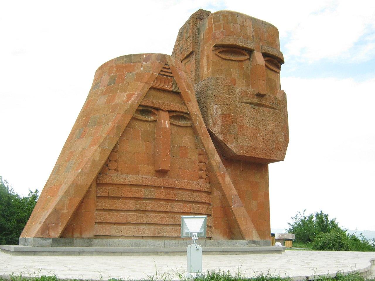 """памятник """"Мы и наши Горы"""" в Степанакерте (Карабах)"""