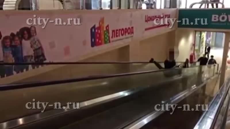 SLs Шпагат на эскалаторе