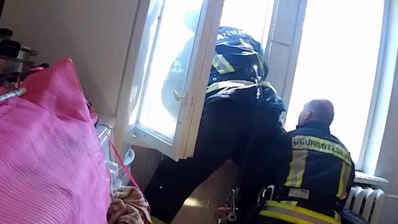 Ugunsdzēsēji glābēji noķer no dzīvojamās mājas loga krītošu cilvēku