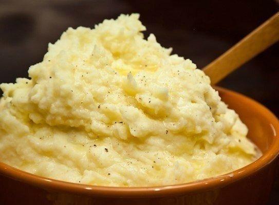 9 уникальных рецептов картофельного пюре. 1. Картофель 10 минут проварить в воде, после чего воду слить, залить кипящим молоком и довести до готовности. Размять в пюре. 2. Картошку размять в пюре. Сметану перемешать с тертым сыром и мелко нарезанным чесноком, заправить этой смесью картошку. Пюре нужно подержать немного в духовке, чтобы сметана прогрелась. Показать полностью.. 3. Картошку размять в пюре, залить кипящим куриным бульоном (по аналогии рецепта пюре с молоком), хорошо взбить. 4.…