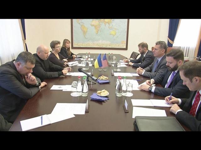 О. Турчинов провів зустріч з Тимчасовим повіреним у справах США при ОБСЄ Г. Каміа...