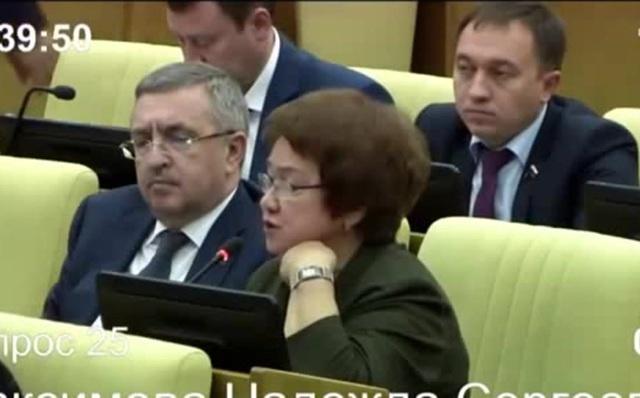 ШОК Депутат Госдумы попытался засунуть палец в ухо коллеге