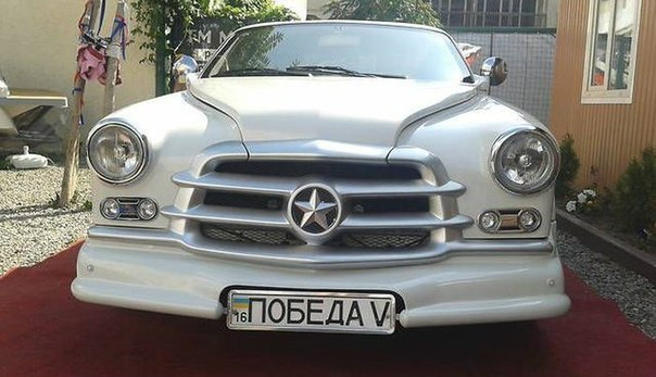 """«Победу» скрестили с «Мерседесом»  Одесский автолюбитель продает свою версию легендарной «Победы», которую он смастерил из «Мерседеса». Машина выпущена в единственном экземпляре. В данный момент автомобиль продается.  Ходовая, трансмиссия, двигатель, электроника, салон - """"Мерседес""""."""