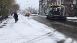 В Воркуте асфальт укладывают во время снегопада 10 октября 2018 года Видео Денис Мороз