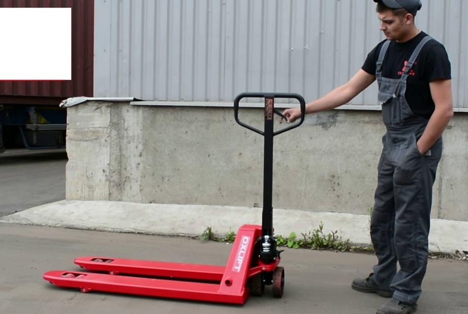 домкрат с тележкой используется на складе при перевозке тяжелых грузов