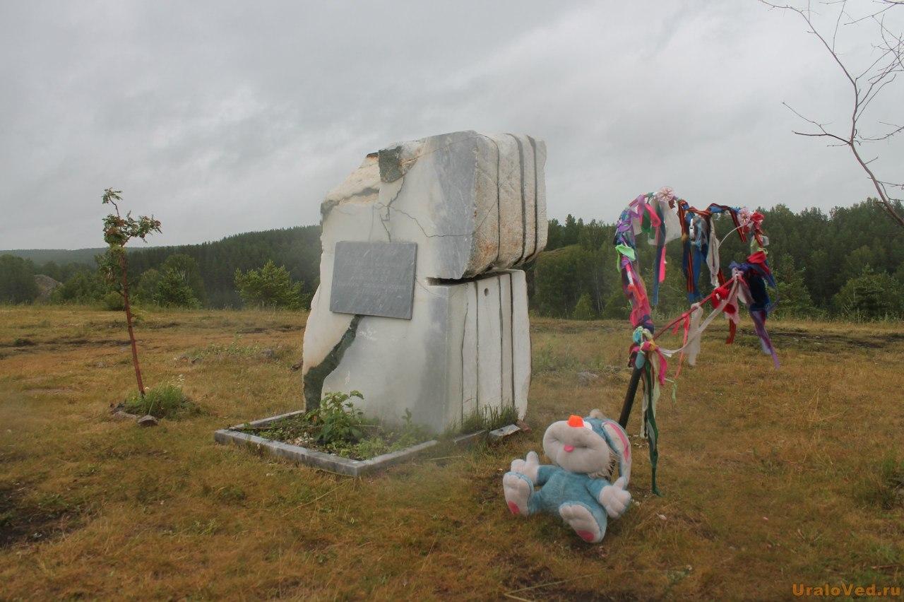 Камень двух сердец около деревни Кашина