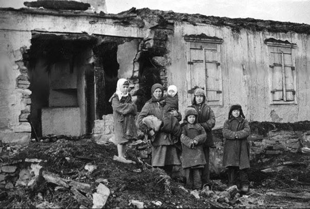 1942. Дикий голод. У бабушки трое детей: 2-х, 4-х и 6-ти лет. Вот-вот умрут от голода.