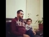 Читает Коран,а маленькая поправляет))