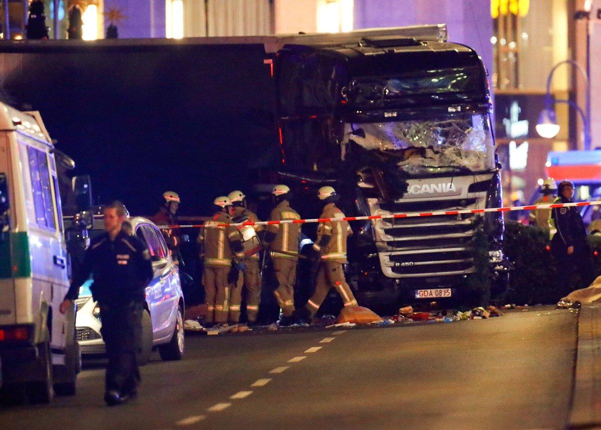 Теракт в Берлине. Грузовик въехал в рождественскую ярмарку