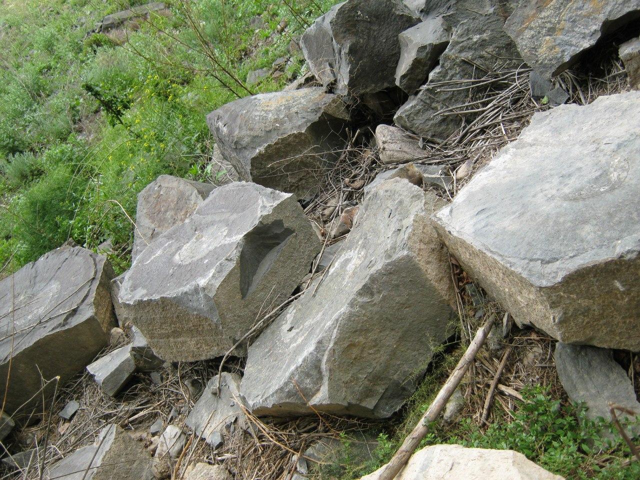 Отколовшиеся куски базальтовых колонн около Краватжар