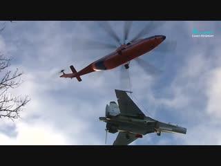 Летчики ЗВО проводят операцию по перевозке истребителя Су-27 на вертолете