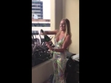 Девушка открывает шампанское ножом