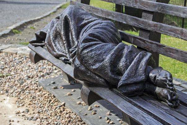 «Бездомный Иисус» / «Матфей, 25» Статуя, известная как «Бездомный Иисус» появилась еще в 2013 году. Ее создатель — канадский скульптор Тимоти Шмальц — изобразил бездомного, завернувшегося в плед