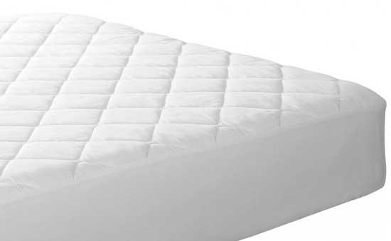 Проверка швов матраса, где часто прячутся постельные клопы, может помочь определить, насколько серьезным является заражение