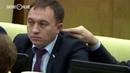 В Госдуме депутат засунул палец в ухо одномандатнику