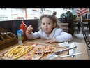 Patates Kızartması`nı Çok Tatlı Yiyen Küçük Kız