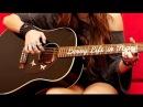 Очень красивая девушка поёт и играет на гитаре