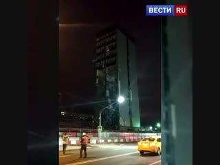 Обломки снесенного бизнес-центра засыпали дорогу на северо-востоке Москвы