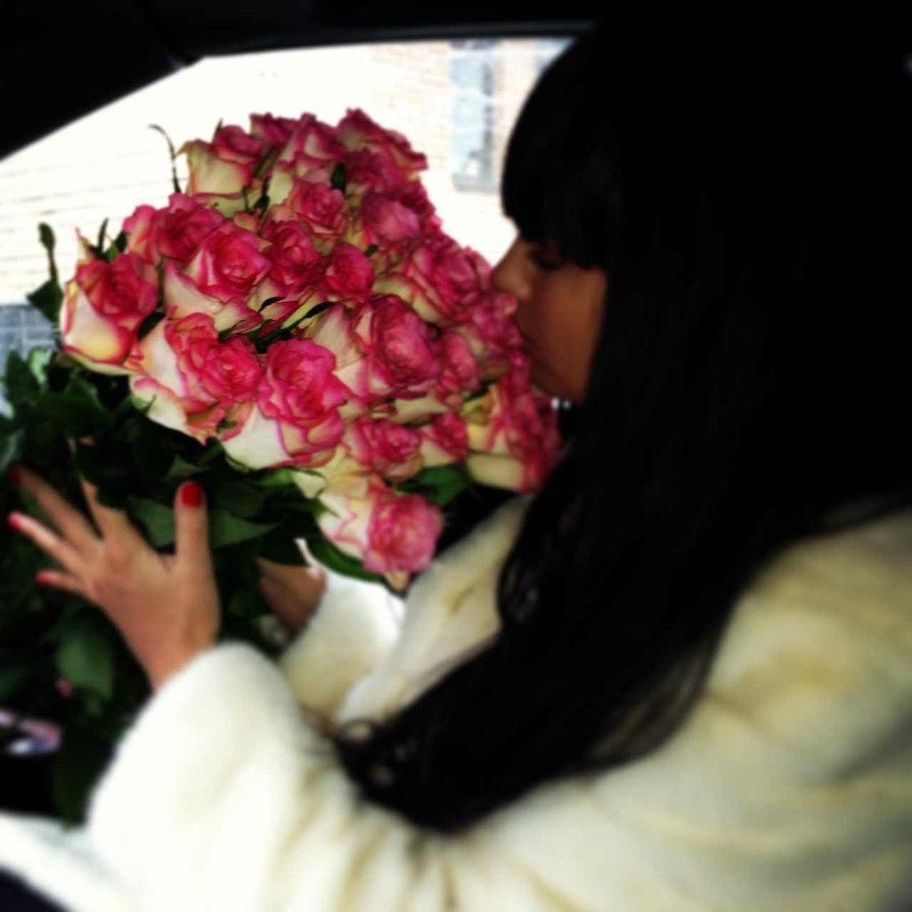 Фото девушки с цветами в машине на аву