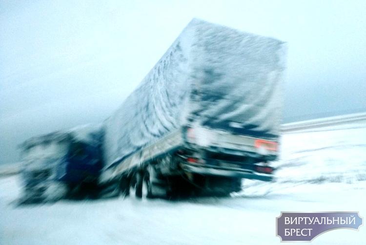 На трассе М1 в кювете валяется фура, занесённая снегом