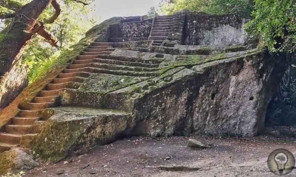 Загадочные лестницы, затерянные в лесных дебрях В некоторых странах в лесах или национальных парках есть изолированные одиноко стоящие каменные лестницы. Некоторые были возведены тысячу лет