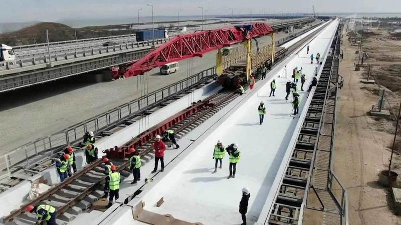 НаКрымском мосту завершена первая железнодорожная колея сТаманского наКрымский берег
