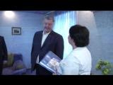 Порошенко решил в Авдеевке зайти в случайную квартиру, проверить, имеется ли на кухне газ и подарил стиральную машину. Оказалось