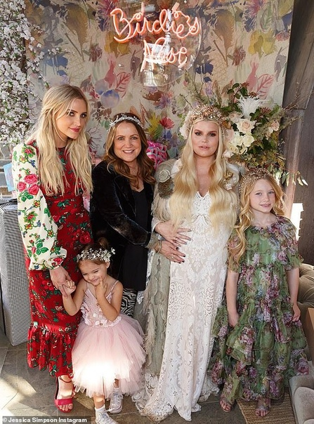 Джессика Симпсон устроила вечеринку в честь будущей дочери и обнародовала ее имя