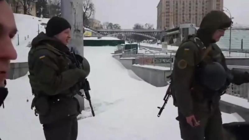 На Майдане появились автоматчики.