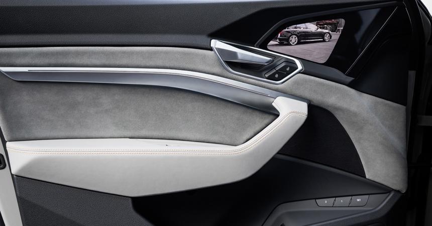 Кроссовер Audi e-tron показал салон с экранами вместо зеркал.