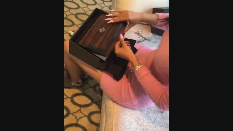 18 декабря 2018 • Instagram: Карди принимает подарок от генерального директора Quality Control Пьера Томаса
