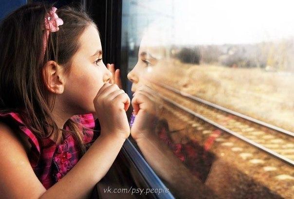 """Пожилой мужчина с 25-летним сыном вошли в вагон поезда и заняли свои места. Молодой человек сел у окна. … Как только поезд тронулся, он высунул руку в окно, чтобы почувствовать поток воздуха и вдруг восхищённо закричал: — Папа, видишь, все деревья идут назад! Пожилой мужчина улыбнулся в ответ. Рядом с молодым человеком сидела супружеская пара. Они были немного сконфужены тем, что 25 летний мужчина ведёт себя, как маленький ребёнок. Внезапно молодой человек снова закричал в восторге: -""""…"""