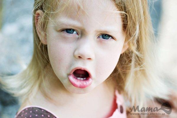 Ругаются дети Ненормативная лексика в устах малышей обычно заставляет взрослых возмущаться, негодовать, пробуждает у них желание немедленно наказать маленького сквернослова. Если ребенок ругается, это, безусловно, плохо. Но прежде чем принимать меры, задумайся, откуда в его лексиконе взялись подобные выражения. Недавно в автобусе я наблюдала показательную сцену. Вошла молодая пара с очаровательным малышом лет четырех-пяти, чистеньким и розовощеким. Устроившись у окна на коленях у отца,…