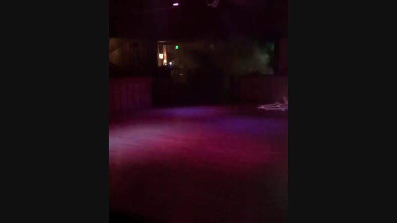 Момент стрельбы в калифорнийском баре, где погибли 11 посетителей и один полицейский. Бойню устроил 29-летний Иэн Дэвид Лонг — б