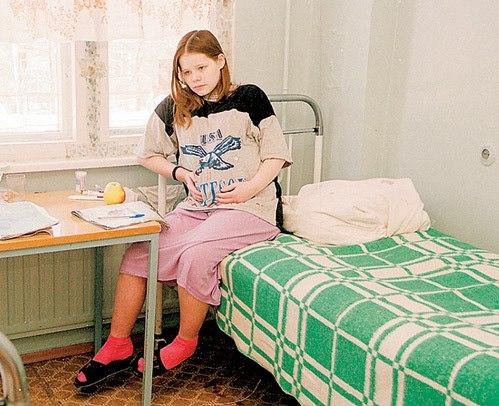 Вот это учудила! Привезли роженицу лет 16 в городской роддом. После осмотра отправили ее бриться в ванную комнату и в помощь санитарку дали. Из-за живота ведь не видно, что да как... Девчонка же