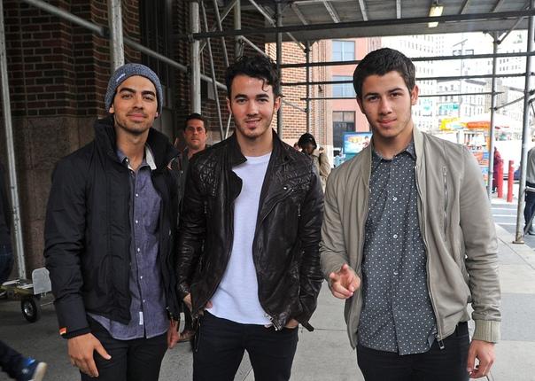 Jonas Brothers собираются воссоединиться спустя 6 лет после распада группы Кевин, Джо и Ник Джонасы планируют вновь заняться совместным творчеством. На днях братья были замечены в Лондоне, где,