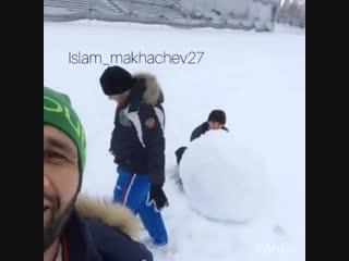 Ислам Махачев. Лепит снеговика с друзьями