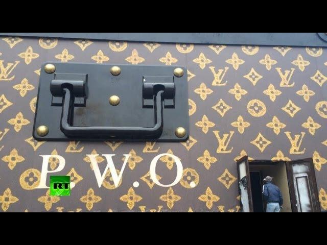 На Красной площади установили здание-чемодан от Louis Vuitton
