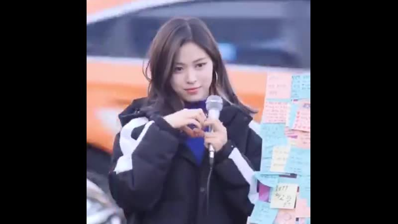 The way ryujin responds to the fangirl screaming i love you