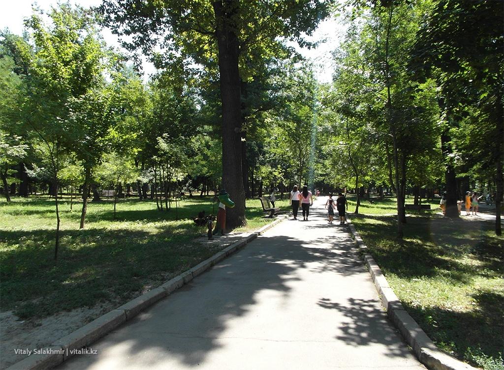 Дорога внутри Центрального парка Горького Алматы