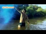 Синий цветной дым на речке для фотосессии.mp4