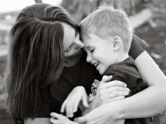 мать моет сына в душе видео